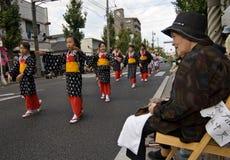 Ältere Frau, die japanische Festival-Tänzer überwacht Stockfoto