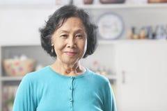 Ältere Frau, die Kamera betrachtet stockbild