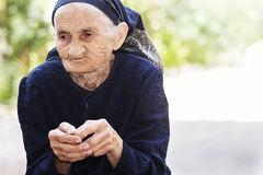 Ältere Frau, die Kirsche isst lizenzfreies stockbild