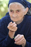 Ältere Frau, die Kirsche isst lizenzfreie stockbilder