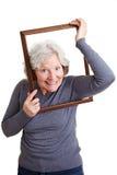 Ältere Frau, die Kopf hindurchführt lizenzfreie stockfotografie