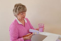 Ältere Frau, die Möbel für Haus nacharbeitet Lizenzfreie Stockbilder