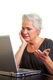Ältere Frau, die Mühe hat stockfotografie