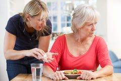 Ältere Frau, die Medikation ablehnt stockbilder