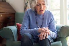 Ältere Frau, die mit Parkinsons Diesease leidet stockfoto