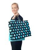 Ältere Frau, die mit punktierter Einkaufstasche aufwirft Stockfotos