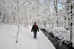 Ältere Frau, die neben einem kleinen Fluss geht stockfotos