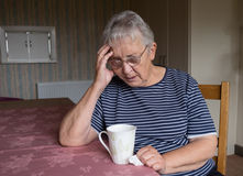Ältere Frau, die niedergedrückt oder gesorgt schaut Lizenzfreies Stockfoto