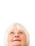 Ältere Frau, die oben copyspace betrachtet Lizenzfreie Stockfotografie
