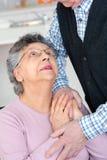 Ältere Frau, die oben schauen und Ehemann beim Halten der Hand Lizenzfreie Stockfotos