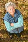Ältere Frau, die oben schaut Lizenzfreie Stockbilder