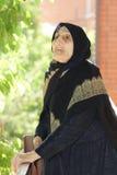 Ältere Frau, die oben schaut lizenzfreie stockfotos