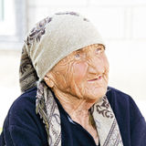 Ältere Frau, die oben schaut Stockbilder