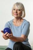 Ältere Frau, die seine Hand rehabilitiert Stockfoto