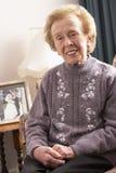 Ältere Frau, die sich zu Hause entspannt Stockfotografie