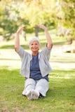 Ältere Frau, die sie Ausdehnungen tut Lizenzfreie Stockbilder