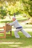 Ältere Frau, die sie Ausdehnungen tut Lizenzfreies Stockfoto