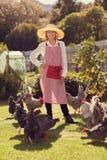 Ältere Frau, die stolz mit ihrem gesunden Freiland chicke steht Lizenzfreie Stockfotos