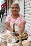 Ältere Frau, die traditionelle mexikanische Bonbons in Oaxaca verkauft Stockbild