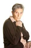Ältere Frau, die traurig Kamera betrachtet Stockfotografie