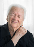 Ältere Frau, die unter Schulterschmerz leidet Stockfoto