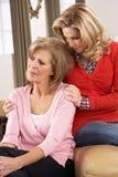 Ältere Frau, die von Adult Daughter getröstet wird Stockbilder