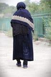 Ältere Frau, die weg geht lizenzfreies stockfoto