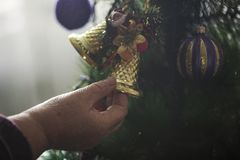 Ältere Frau, die Weihnachtsbaum verziert stockfotografie