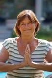 Ältere Frau, die Yoga tut Stockfotografie