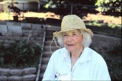 Ältere Frau draußen lizenzfreie stockfotografie