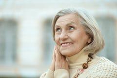 Ältere Frau draußen Stockbild