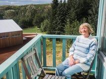 Ältere Frau an einem Balkon Stockfotos