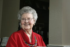 Ältere Frau in einer Cafeteria Lizenzfreie Stockfotografie