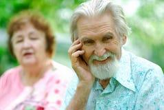 Ältere Frau erklärt dem Ehemann einen Witz Stockfoto