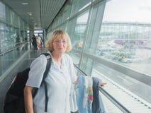 Ältere Frau am Flughafen Stockfoto
