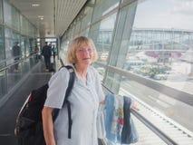 Ältere Frau am Flughafen Stockfotos