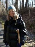 Ältere Frau: Gehen in Winter und Lächeln Lizenzfreies Stockfoto