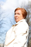 Ältere Frau geht in Park Stockfotografie