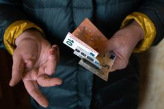 Ältere ältere Frau hält die EURObanknoten - Ost - europäische Gehaltspension lizenzfreies stockfoto