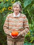 Ältere Frau hält einen Kürbis Lizenzfreie Stockbilder