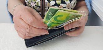 Ältere Frau hält im Handisraelischen Bargeld lizenzfreie stockfotografie