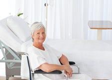 Ältere Frau in ihrem Rollstuhl Stockfotografie