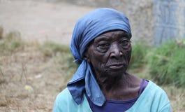 Ältere Frau im Dorf lizenzfreie stockfotos