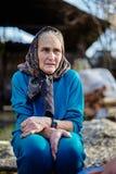 Ältere Frau im Freien Stockbild