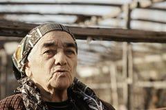 Ältere Frau im Garten lizenzfreie stockbilder