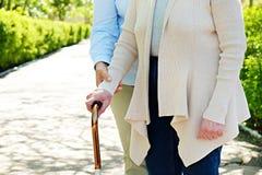 Ältere Frau im Park am sonnigen Tag stockfoto