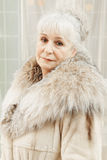 Ältere Frau im Pelzmantel Stockfotografie