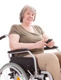 Ältere Frau im Rollstuhl unter Verwendung des intelligenten Telefons lizenzfreies stockfoto