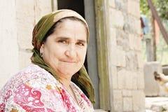 Ältere Frau im roten Kleid Stockfoto