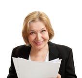 Ältere Frau im Schwarzen auf weißem Hintergrund Stockfotografie